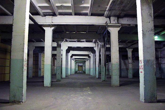 Высота потолков помещения 5,7 метров